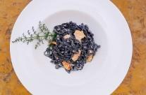 Pasta negra con salmón ahumado